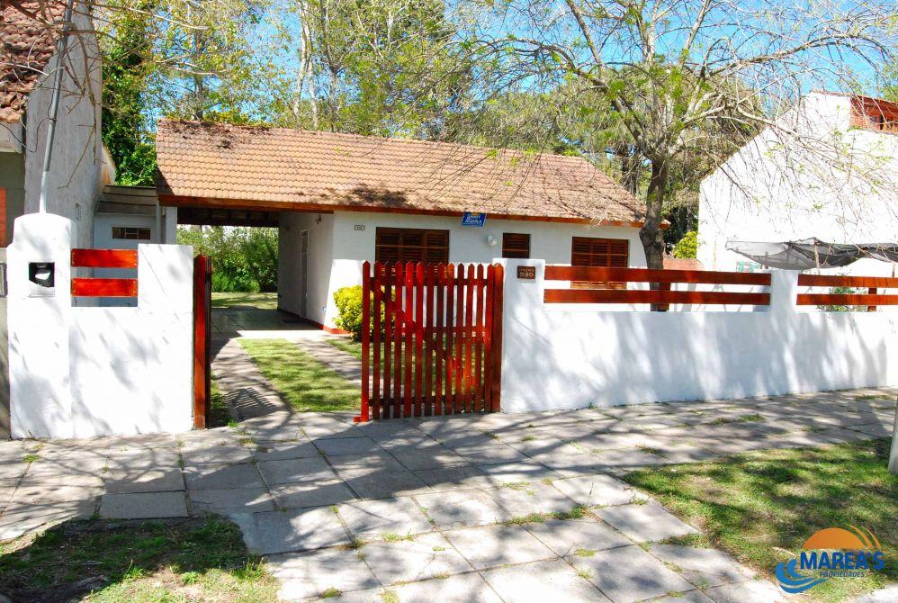 Casa con parque y estacionamiento techado en la lucila marea s propiedades - Inmobiliaria marea ...
