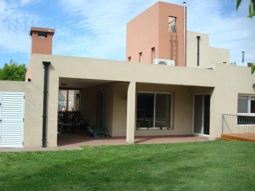 Casa minimalista de 4 ambientes desarrollada en dos for Casa minimalista living
