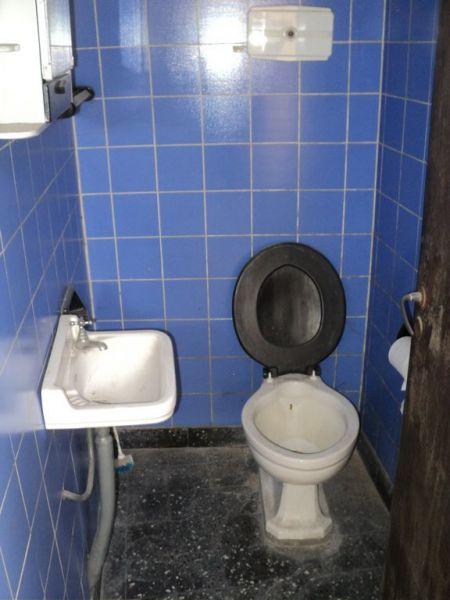 Casa de material c local en esquina excelente zona for Inodoro esquina