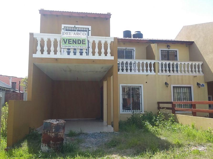 Excelente duplex al frente con garage techado calle 3 for Duplex con garage