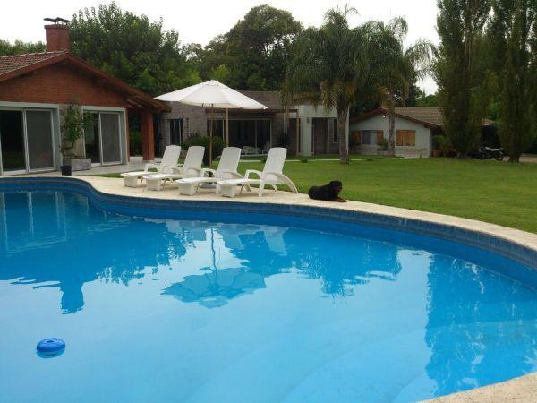 Espectacular casa quinta en b el trebol con amplio parque for Precio piscina climatizada