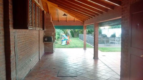 Verla es quererla impecable casa centrica con pileta for Patio chico con pileta
