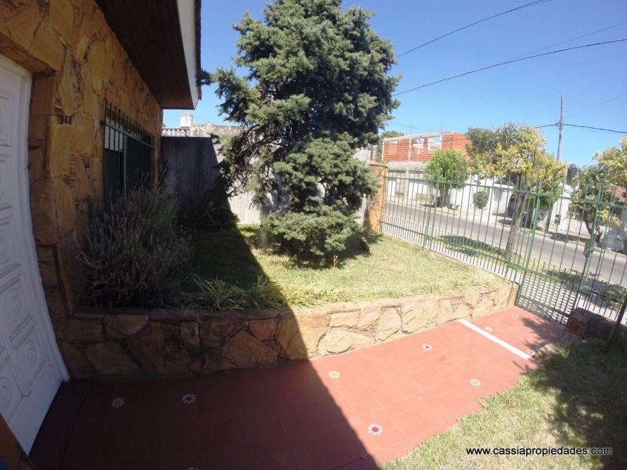 Casa sobre lote propio apta 2 familias 150m2 cub patio for Jardin 130m2