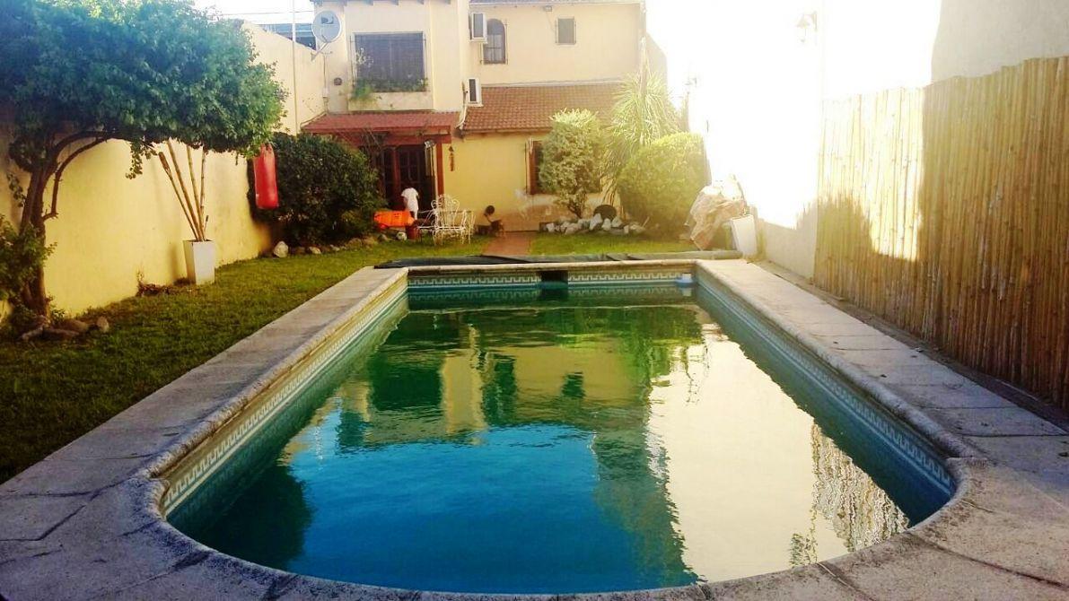 Hermosa casa con amplio fondo con quincho y pileta for Lavadero empotrado