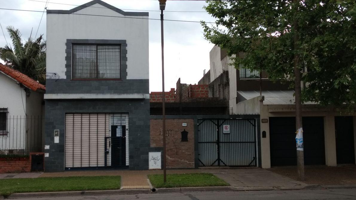 Excepcional lote con mejoras sobre avenida buscadorprop for Muebles de oficina quilmes andres baranda
